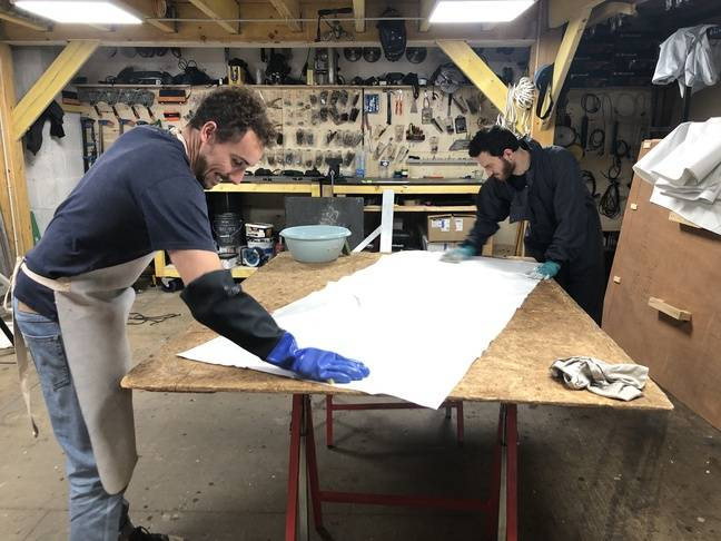 Julien, in charge of logistics, and Yonathal, a student at the Ecole des Mines on an internship, are working on a new product from La Tête dans les oiseaux.