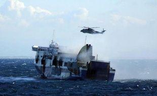"""Capture d'écran d'une vidéo fournit par la marine italienne, le 29 décembre 2014, montrant le ferry """"Norman Atlantic"""" brulé au large des côtes de l'Albanie"""