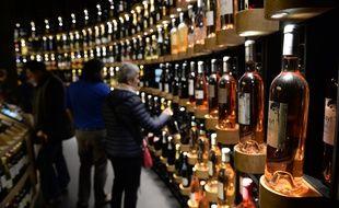 Illustration de bouteilles de vin, ici à la cave de la Cité du vin. / AFP PHOTO / MEHDI FEDOUACH
