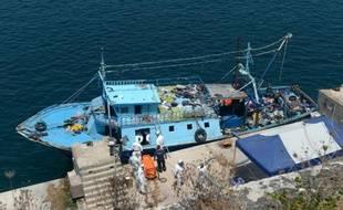 Des équipes de secours sortent le corps d'une trentaine d'immigrants le 20 juillet 2014 au port de La Vallette d'un bateau intercepté au large de l'île italienne de Lampedusa