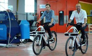 Christophe Baeza (g) and Clément Bonneau (d), fondateurs de l'entreprise de vélo électrique ThirtyOne31, le 10 septembre 2015 dans l'usine de Saint-Gaudens, près de Toulouse