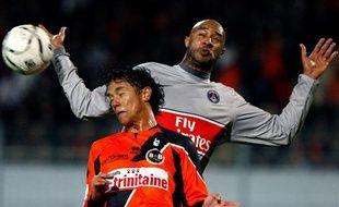 Le Parisien Sammy Traoré aux prises avec le Lorientais Marama Vahirua, le 7 mars 2009
