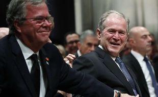 Jeb Bush réconforte son frère George W. Bush aux funérailles de leur père, George H.W. Bush, le 5 décembre, à la cathédrale nationale de Washington.