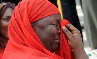 La mère d'une des lycéennes enlevées à Chibok pleure durant une manifestation à Abuja le 6 mai 2014