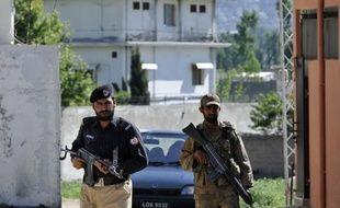 Neuf roquettes ont visé vendredi l'école militaire située à proximité de la maison où un commando américain a tué Oussama ben Laden il y a neuf mois dans le nord du Pakistan, ont annoncé les autorités locales.