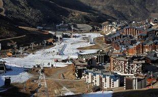 Illustration du manque de neige dans les stations de ski.Sous un beau soleil, Val Thorens, plus haute station de sports d'hiver d'Europe, a ouvert samedi une partie de son domaine skiable, malgré un manque flagrant de neige naturelle.