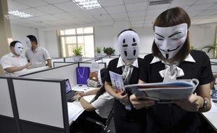 Des salariés d'une entreprise de Handan, en Chine, portent des masques lors d'une «journée sans visage», le 14 juillet 2015.