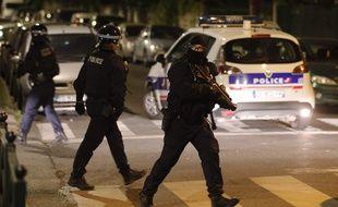 Des policiers à Villeneuve-la-Garenne, le 20 avril 2020.