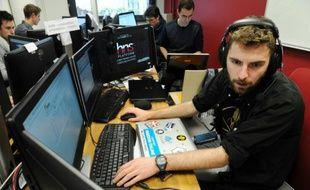 Un étudiant essaie de contrer une cyberattaque, à l'École nationale supérieure d'ingénieurs de Bretagne sud, à Vannes, le 4 février 2016