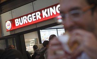 Paris le 16 decembre 2013. Ouverture d'un fast food Burger King a Paris dans la gare Saint Lazare. Premier magasin ouvert en France depuis 15 ans. Foule. sandwich. Restauration rapide.