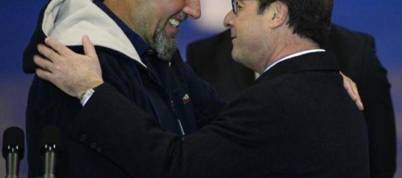 Serge Lazarevic (à gauche) embrasse le président François Hollande sur le tarmac de Villacoublay le 10 décembre 2014