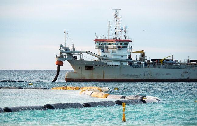Un bateau de 95m de long achemine du sable dans sa cale