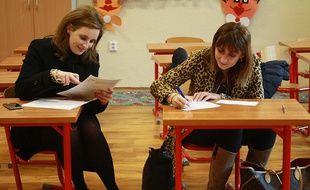 Des mères d'élèves dans une salle de classe.