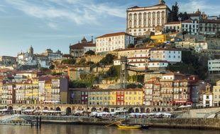 Les maisons ensoleillées face au fleuve à Porto (illustration)