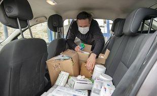 Le  nouveau maire du Palais Thibault Grollemund va livrer des masques et produits anti-bactériens récupérés dans les locaux municipaux inoccupés.
