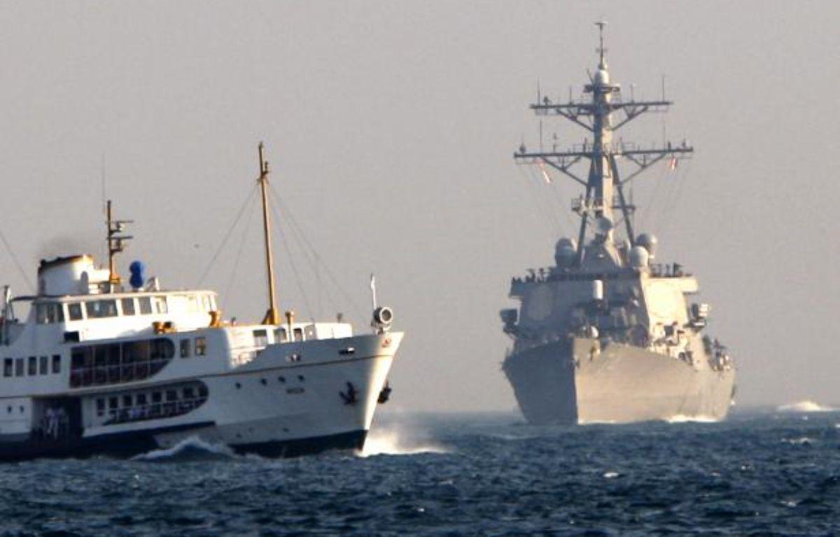 L'USS McFaul (à droite), un destroyer de l'US Navy, en 2008. – F.SARIBAS/REUTERS