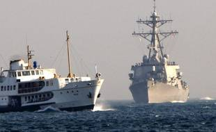 L'USS McFaul (à droite), un destroyer de l'US Navy, en 2008.