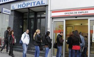 Le taux de chômage dans la zone euro a atteint en avril le niveau record de 11% de la population active, comme en mars où le chiffre a été révisé à la hausse, a indiqué vendredi l'office européen des statistiques Eurostat.