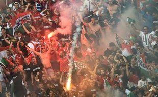 Des supporters hongrois lancent des fumigènes lors du match entre l'Islande et la Hongrie le 18 juin 2016 au stade Vélodrome à Marseille (sud)