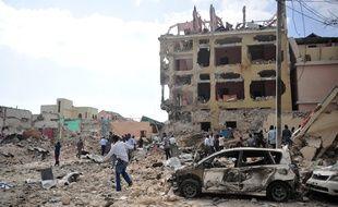 Au moins sept personnes ont été tuées et plusieurs blessées dans l'explosion de deux véhicules piégés aux abords d'un hôtel du centre de Mogadiscio