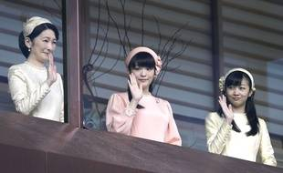 Alors que le Japon se prépare à vivre la première abdication d'un empereur en 200 ans, un autre événement agite le pays: les fiançailles prochaines de la princesse Mako (au centre), petite fille du souverain, avec un roturier.