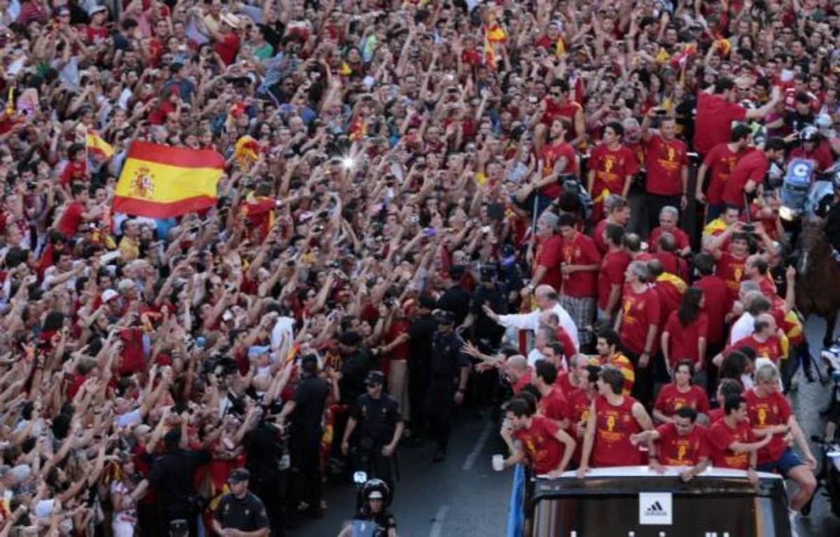 """L'Espagne euphorique a fait lundi un triomphe à la Roja, son équipe de football de légende rentrée d'Ukraine après avoir surclassé dimanche l'Italie 4 à 0 en finale de l'Euro-2012, et réalisé le rêve de tout un pays: remporter la """"triple couronne"""". – Cesar Manso afp.com"""