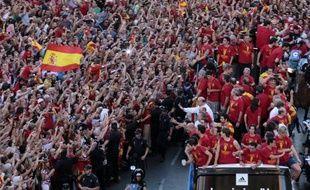"""L'Espagne euphorique a fait lundi un triomphe à la Roja, son équipe de football de légende rentrée d'Ukraine après avoir surclassé dimanche l'Italie 4 à 0 en finale de l'Euro-2012, et réalisé le rêve de tout un pays: remporter la """"triple couronne""""."""