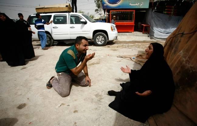 Des Irakiens pleurent cinq de leurs parents, tués le matin même dans un attentat suicide de Bagdad, lors de leurs funérailles dans la cité sainte irakienne de Najaf le 3 juillet 2016