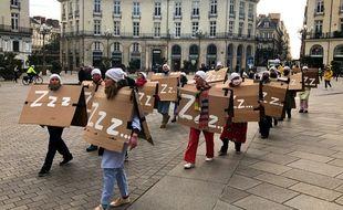 La chorale des intermittents du spectacle parcour les rues de Nantes en alertant de l'imminence du couvre-feu.