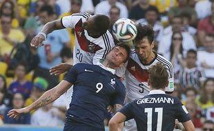 Giroud à la lutte pour le ballon, lors du match France-Allemagne de la Coupe du monde 2014