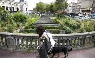Le long du canal du Midi, l'ecluse Bayard en face de la gare Matabiau. Toulouse, (Illustration).
