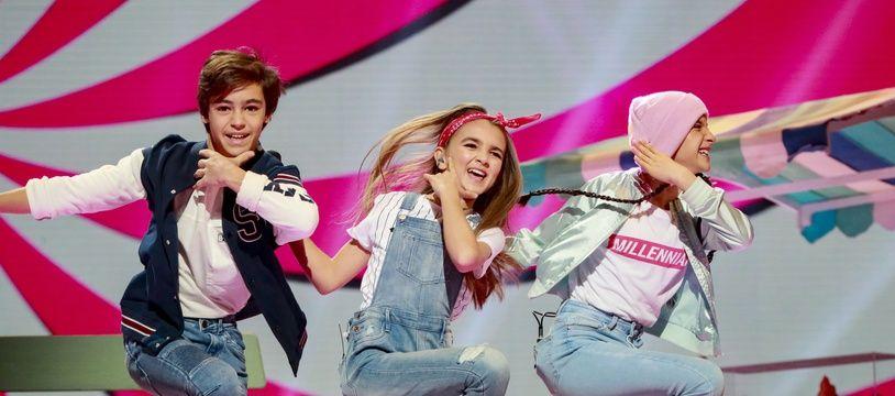 Angélina, candidate de l'Eurovision Junior, entourée de ses danseurs, Léo et Albane.
