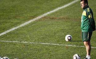 Le sélectionneur de l'équipe du Brésil, Dunga, lors d'une session d'entraînement à Johannesbourg, le 31 mai 2010, dans le cadre de la Coupe du monde.