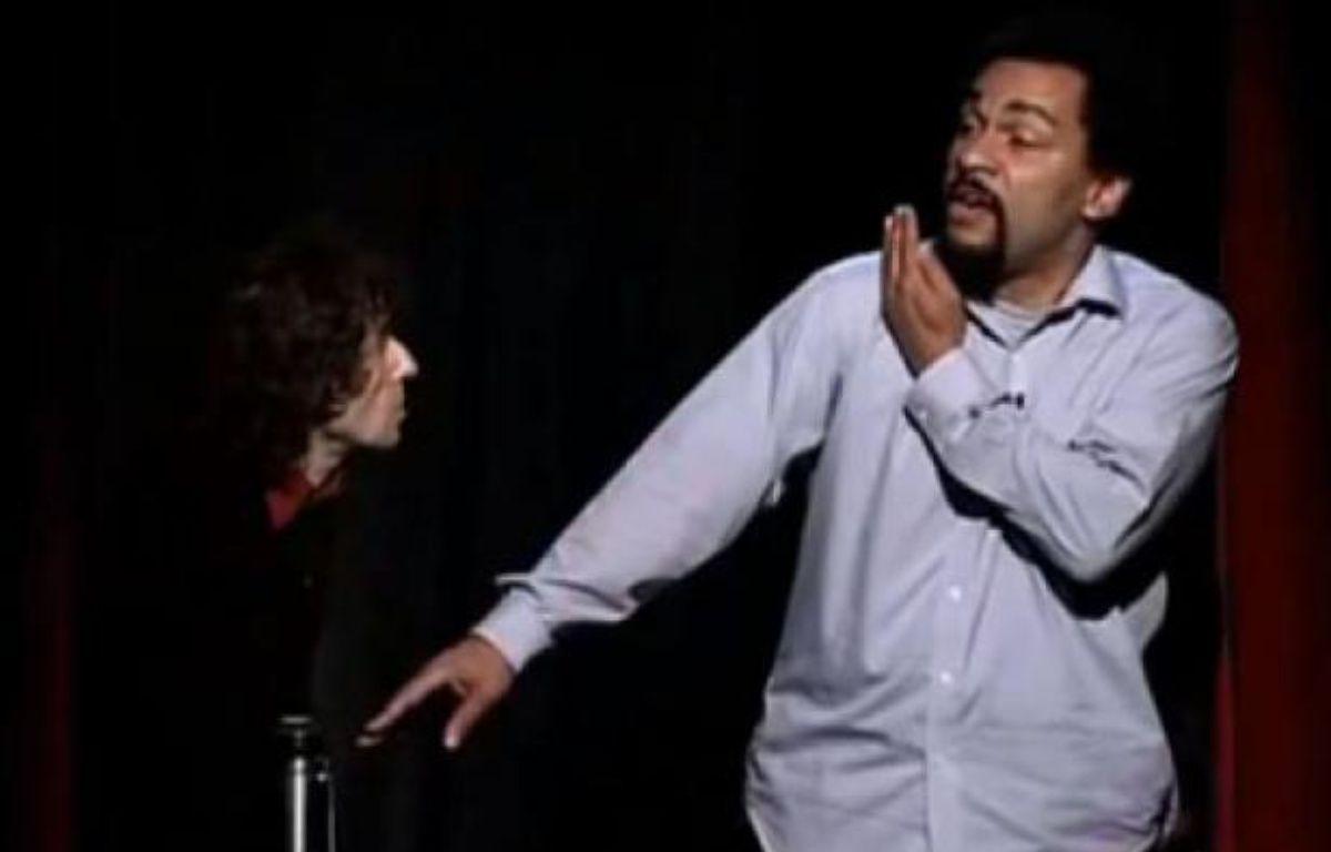 Dieudonné réalisant sa première quenelle lors de son spectacle 1905 en 2005. – Capture d''écran de Youtube