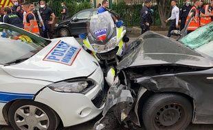 Deux motards de la police ont été grièvement blessés. L'acte serait volontaire.