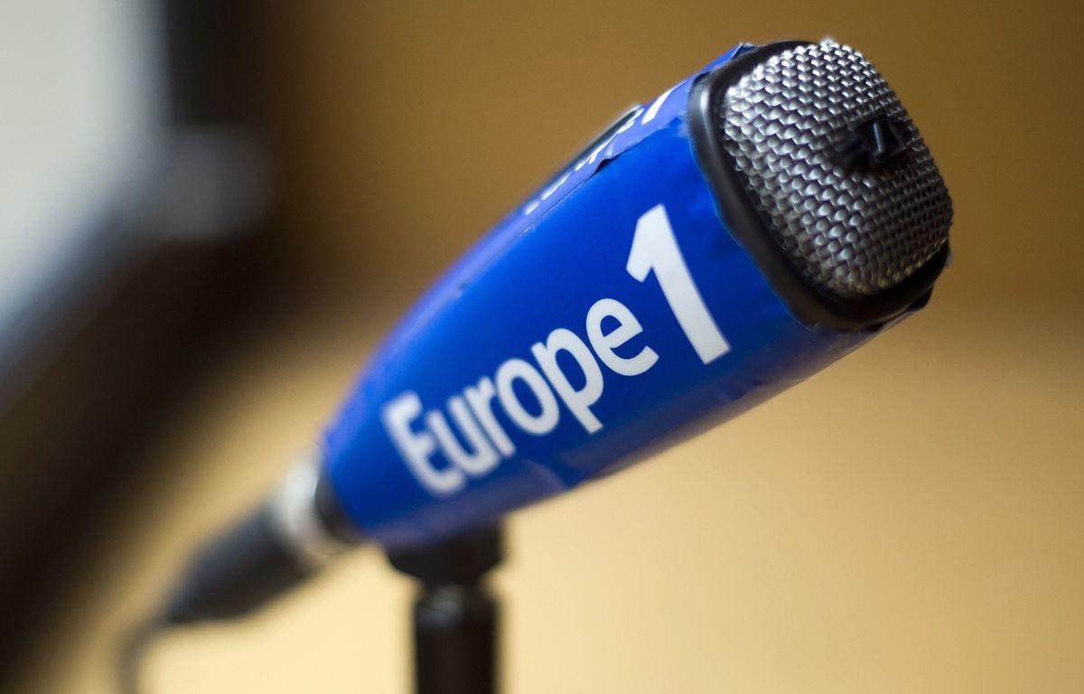 Un micro aux couleurs de la radio Europe 1. – FRED DUFOUR / AFP