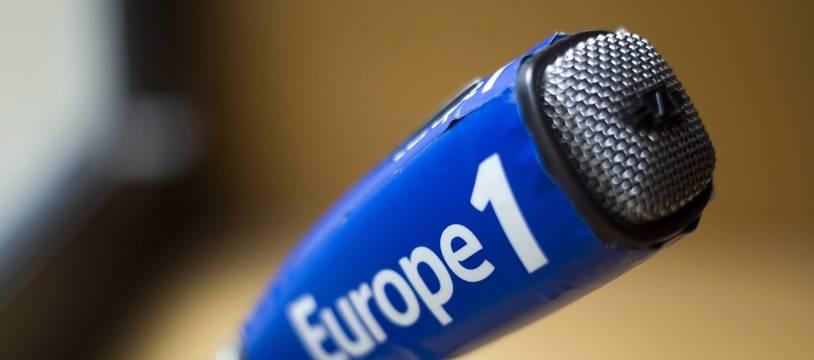 Un micro aux couleurs de la radio Europe 1.