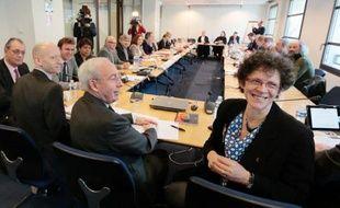 La vice-présidente de l'organisation patronale CGPME Geneviève Roy (d) et le vice-président du Medef Jean-François Pilliard à la table des négociations sur le Pacte de responsabilité, le 5 mars 2014 à Paris