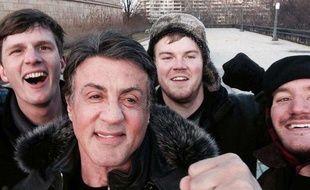 Le selfie de Peter Rowe (D) et de ses deux amis,  Jacob Kerstan (G) and Andrew Wright (2eD), avec Sylvester Stallone, alias Rocky Balboa, à Philadelphie.