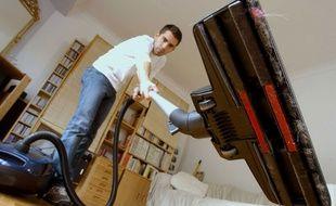 Illustration d'un homme en train de passer l'aspirateur.