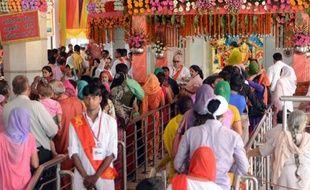 Au moins 60 personnes sont mortes et plus de cent autres ont été blessées dans une bousculade près d'un temple hindou dans le centre de l'Inde, a annoncé un responsable de la police.