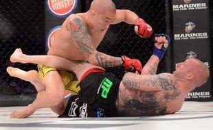 Un combat de MMA entre Joshua Dustin et Tim Cho