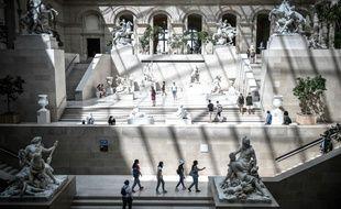 Des visiteurs du Louvre portent un masque, le 6 août 2020 à Paris.