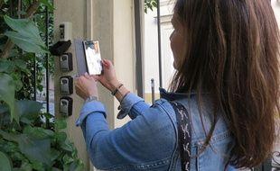 A Paris, l'une des agents de contrôle de la Ville de Paris constate la présence de quatre boîtes à clés dans un immeuble, dans lequel une seule annonce est publiée sur les plateformes de location de type Airbnb et Booking.