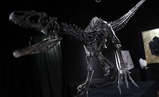 Le squelette de cet allosaurus a été vendu 1,4 millions d'euros lors d'une vente aux enchères à Paris, le 11 avril 2018.