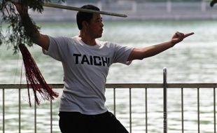 Le Tai-Chi, célèbre gymnastique d?origine chinoise dont la pratique remonte à plusieurs siècles, a permis de soulager la douleur de personnes atteintes d'arthrite et de réduire leur fatigue, selon une étude clinique menée aux Etats-Unis publiée dimanche.