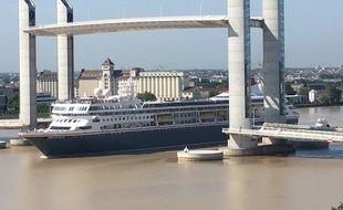 Paquebot de croisière passant sous le pont Chaban-Delmas, le 13 juin 2017 à Bordeaux