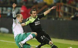 Petri Pasanen, du Werder Breme, et David Sauget, de Saint-Etienne, le 12 mars 2009, lors du match de Coupe de l'UEFA, au Stade Weser.