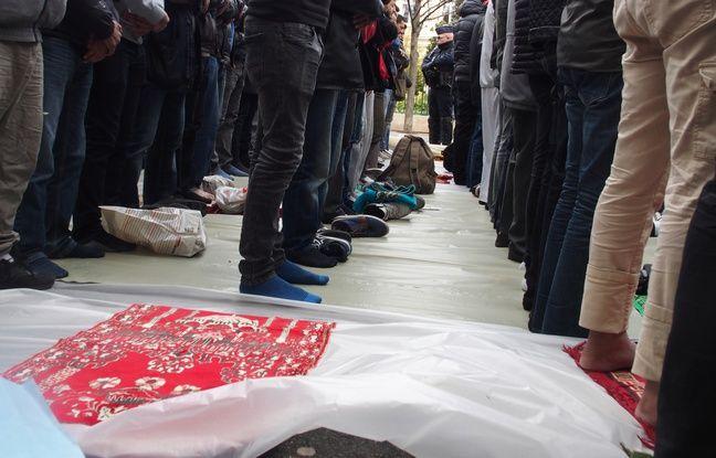 Clichy, le 24 mars 2017. La prière du vendredi devant la mairie s'est déroulée dans le calme.
