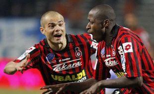 Les Nicois Hellebuyck et Bamogo après un but contre Marseille le 6 décembre 2008.